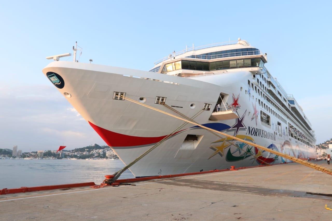 Continúan llegando más visitantes a Guerrero; tres mil personas llegan al puerto a abordó de crucero Norwegian Star.