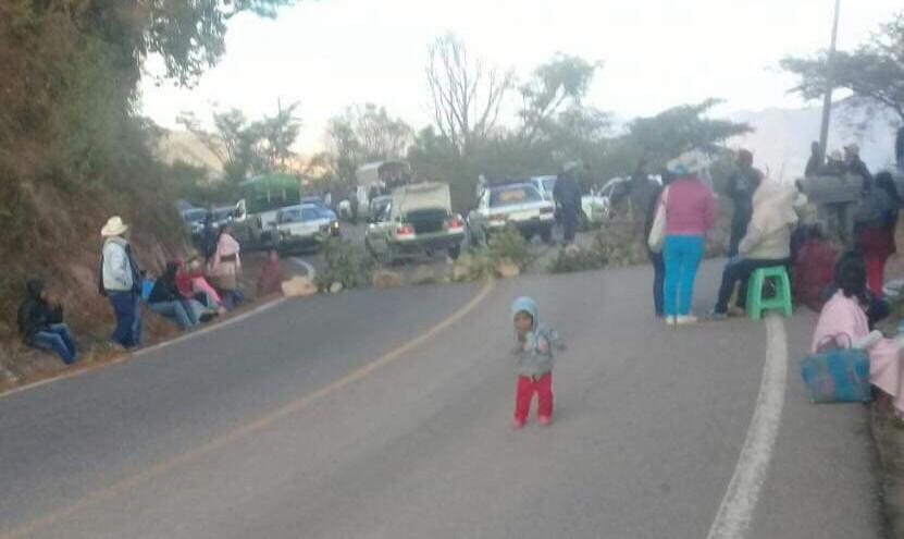 """Comisariados y delegados cierran la carretera Chilapa-Tlapa """"por engaños de CICAEG"""""""