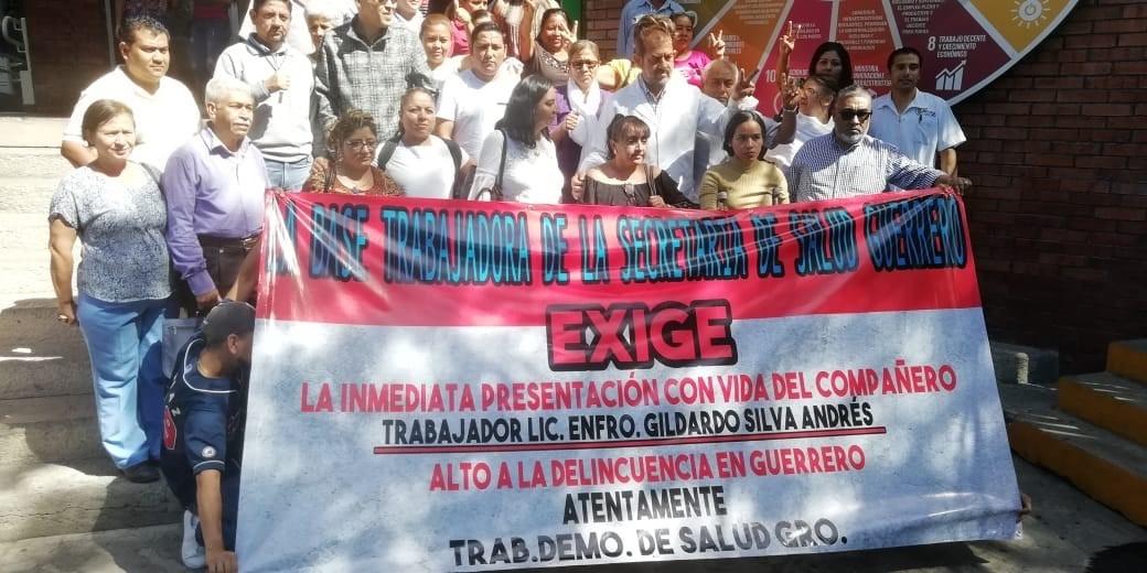 Protestan trabajadores de Salud en Chilpancingo, denuncian desaparición de un enfermero en Tierra Caliente