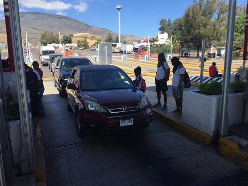 Toman alumnos de la ESEF caseta de la Autopista del Sol en Palo Blanco