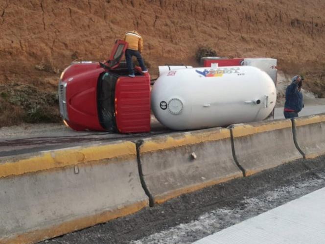 Vuelca pipa de gas en la México-Puebla