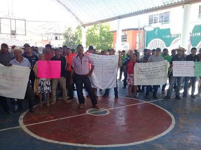 Marchan habitantes en Coahuayutla en contra de la Policía Comunitaria de UPOEG
