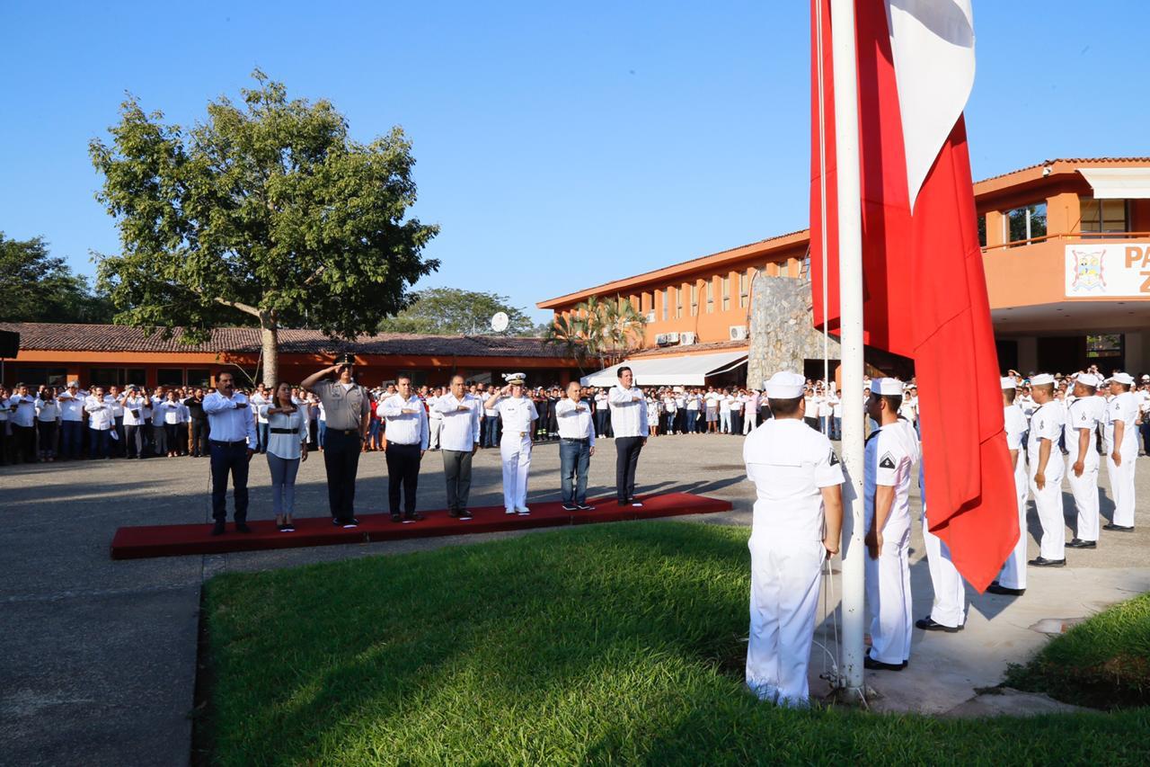 Preside el Gobernador Héctor Astudillo ceremonia de honores a la Bandera en Zihuatanejo