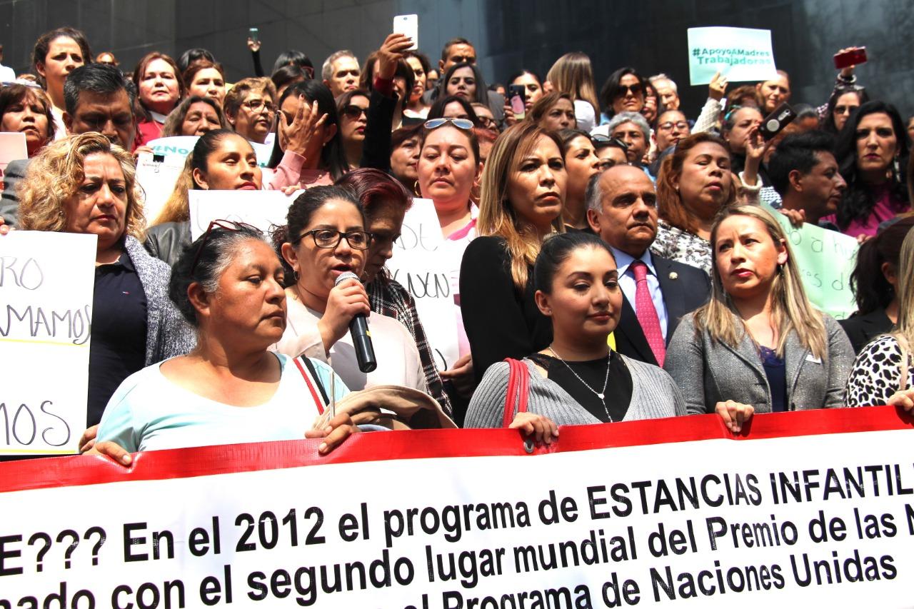 Recibe y atiende el senador Añorve a docentes y padres de familia de estancias infantiles afectados por el recorte presupuestal.
