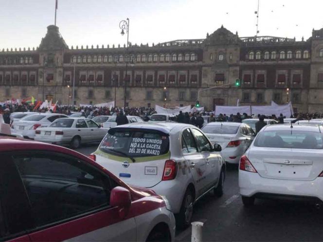 Taxistas 'desquician' el Zócalo, protestan contra Uber y Cabify