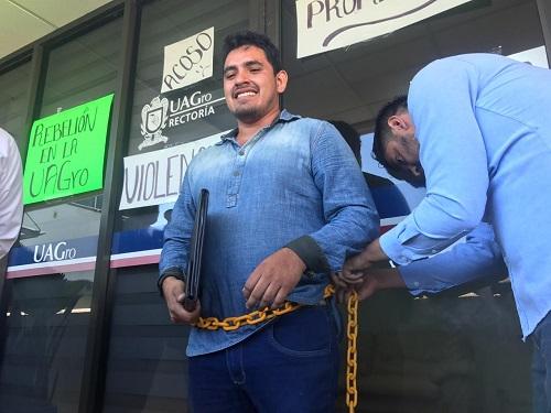 Se encadenan alumnos de Veterinaria de Cuajinicuilapa en Rectoría de la UAGro