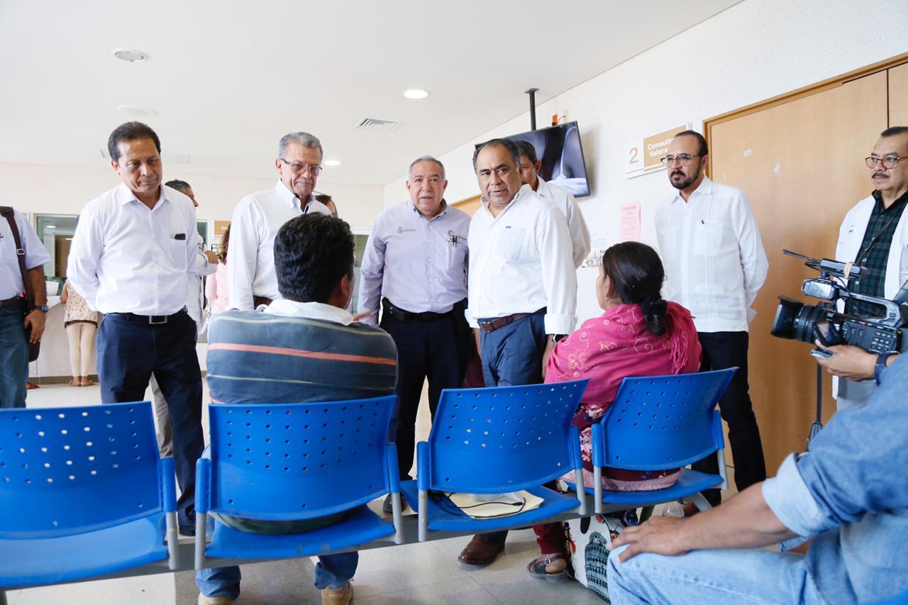 Astudillo Flores en entrega de apoyos a familias de Pinzan Morado y recorre las instalaciones del hospital de Coyuca de Catalán.