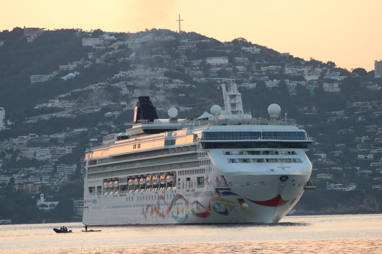 Continúan llegando cruceros y turistas de diferentes nacionalidades a la Bahía de Santa Lucia