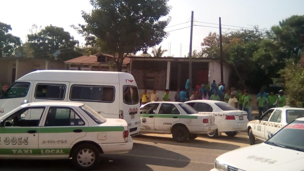 "Con bloqueo en vía federal, transportistas exigen retiro de taxis ""piratas"" de Copala"