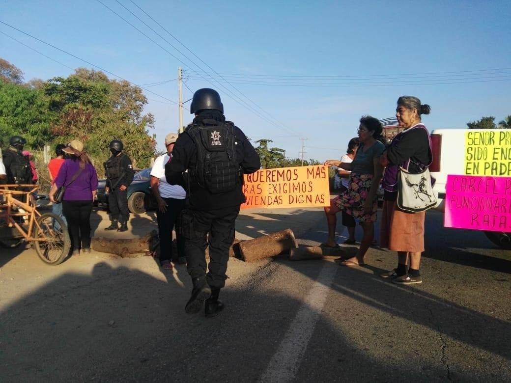 Habitantes de Papanoa, Tecpan, bloquean más de 5 horas la carretera Acapulco-Zihuatanejo