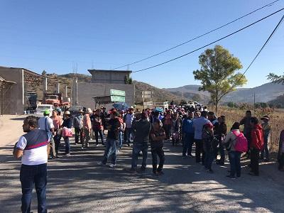 Padres de familia y maestros de la Ceteg toman la carretera Chilpancingo-Chilapa