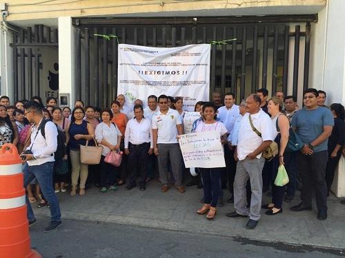 Protestan trabajadores del IEEJAG; exigen pago del bono sexenal