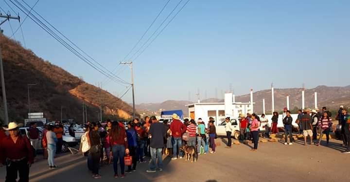 Frente Popular bloquean accesos a Tlapa; exige maestros y obra pública