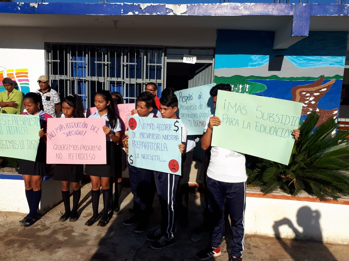 Protestan en Atoyac contra recorte al presupuesto para Preparatorias Populares