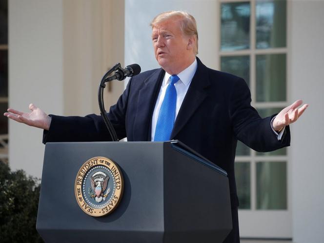 Trump firma emergencia nacional, busca financiar su muro