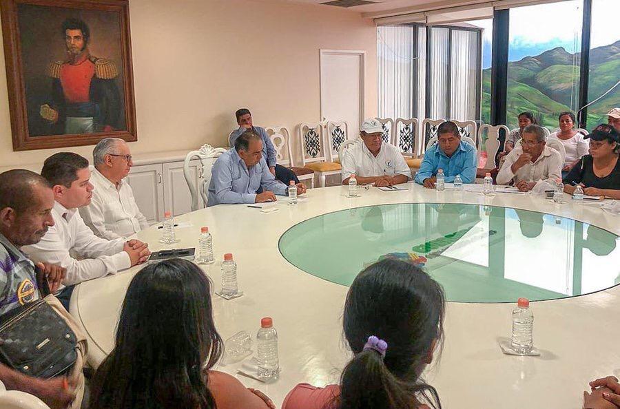 Astudillo Flores recibió a representantes del Concejo Municipal Comunitario de Ayutla.
