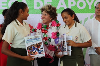 Entrega Mercedes Calvo libros sobre valores y prevención de adicciones a jóvenes de Juan R. Escudero