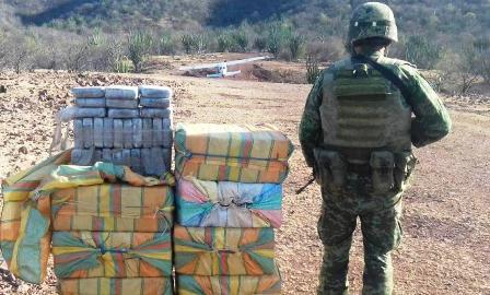 Aseguran en Coahuayutla, Guerrero, una avioneta cargada de droga