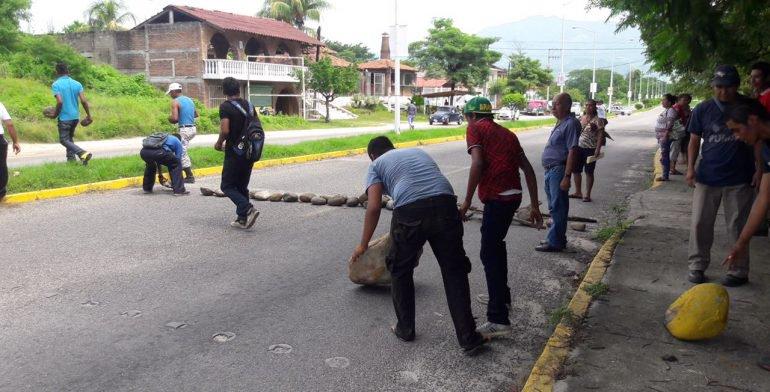 Bloquean con piedras 5 horas la carretera en Atoyac