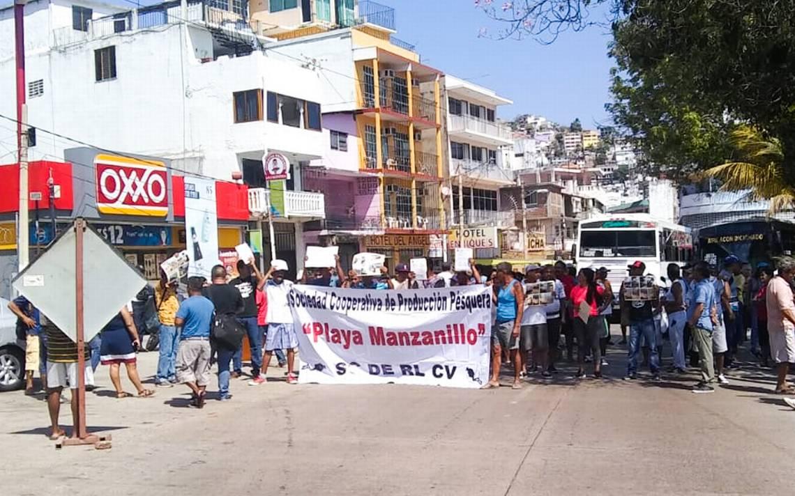 Bloquean buzos y pescadores la avenida Costera de Acapulco