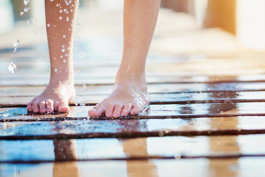 Recomienda IMSS prevención al pisar pisos húmedos para evitar contagio de infecciones en los pies