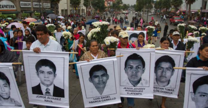 Plantean padres de los 43 construir antimonumentos por desaparecidos