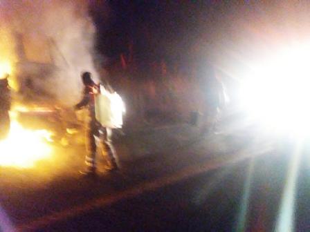 Choca trailer y pipa de Gas LP, luego se incendia, en Copala
