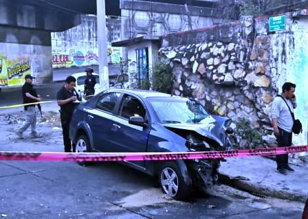 Muere pareja al chocar su vehículo en Acapulco