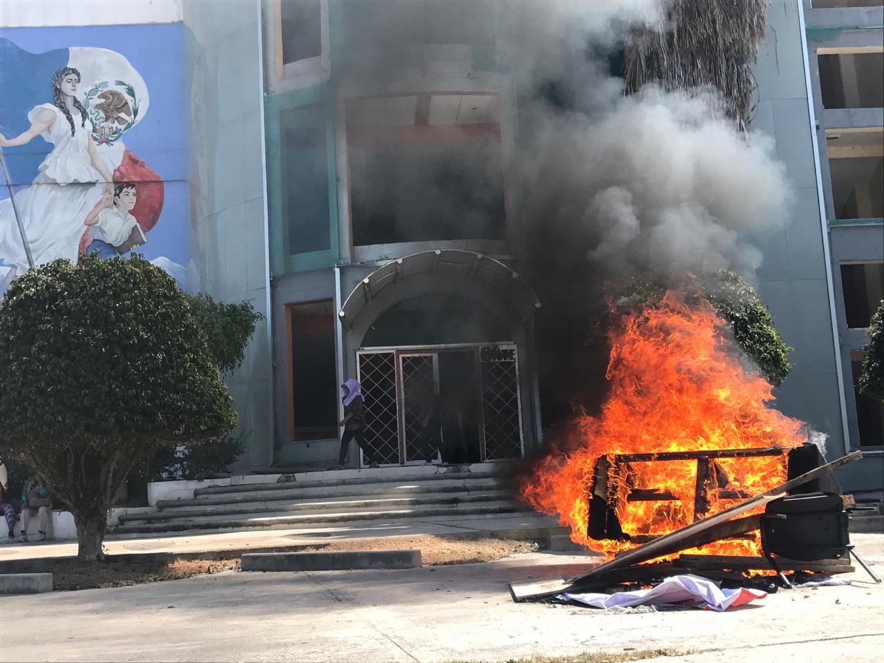 CETEG toma edificio del SNTE y quema mobiliario