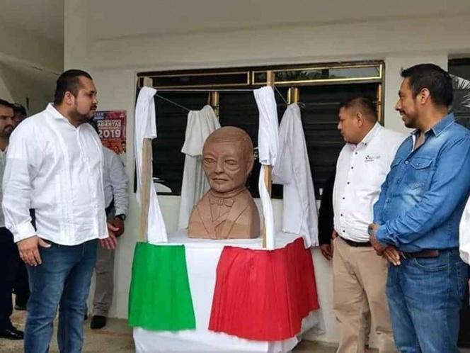 Escultor de busto de Benito Juárez hará uno de López Obrador