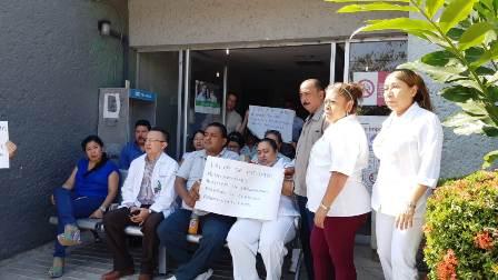 Paran labores en clínica del ISSSTE de Tecpan, para exigir mejoras laborales