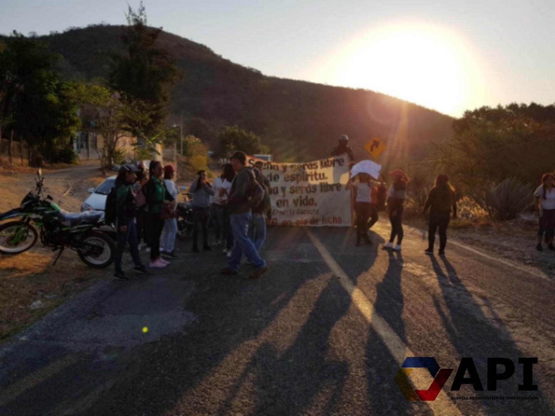 Normalistas bloquean la carretera Iguala-Altamirano para exigir pago de becas