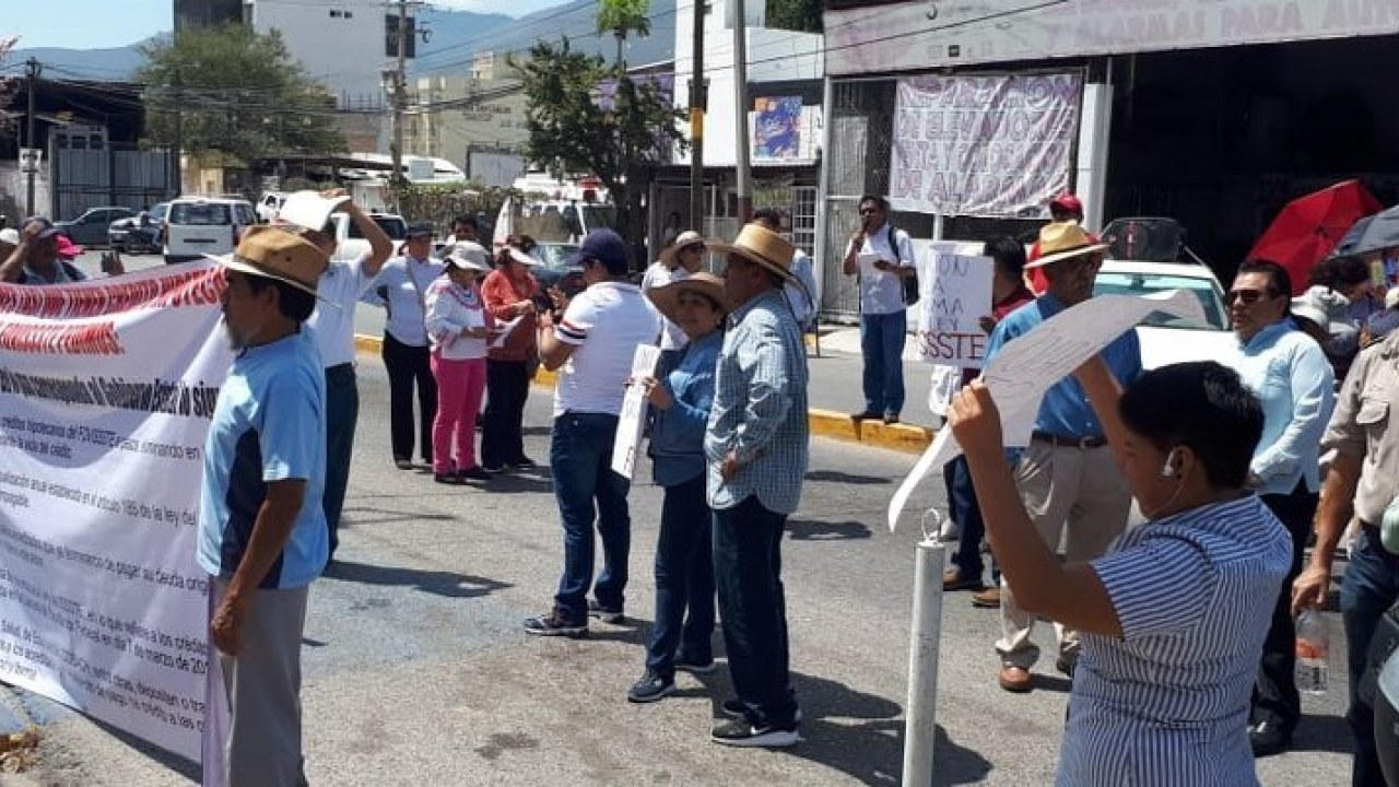 Bloquean trabajadores afiliados al FOVISSSTE Congreso