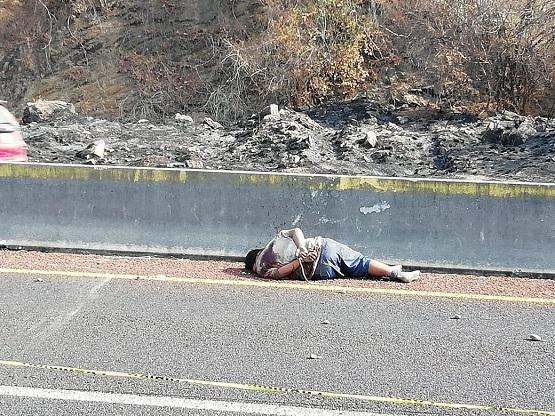 Dejan un hombre ejecutado en autopista de Acapulco