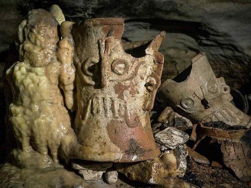 Hallan cueva en Chichén Itzá con recipientes de cerámica casi intactos