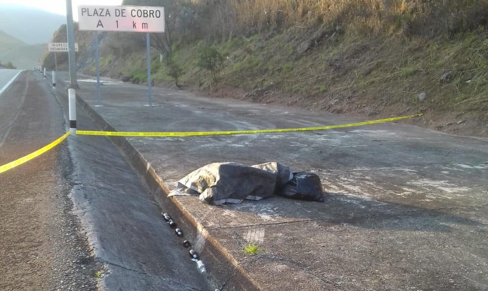 Indigente dormía en la Autopista del Sol; Federales acordonan la zona y lo reportan ejecutado