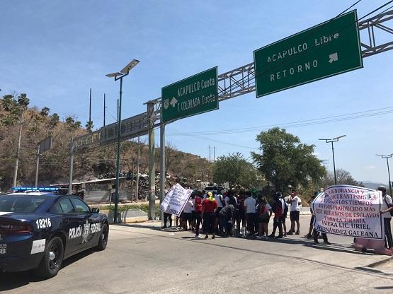 Alumnos de la ESEF bloquean Autopista del Sol; SEG amenaza con expulsarlos por protestas