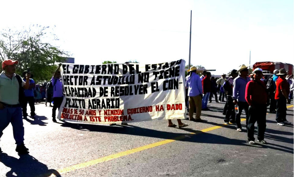 Bloquean maestros del SNTE las calles de Iguala