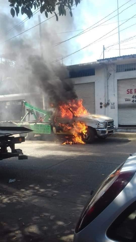 Prenden fuego a grúas en la colonia progreso de Acapulco