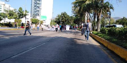 Tres días de caos en Acapulco por bloqueos de maestros de la CETEG