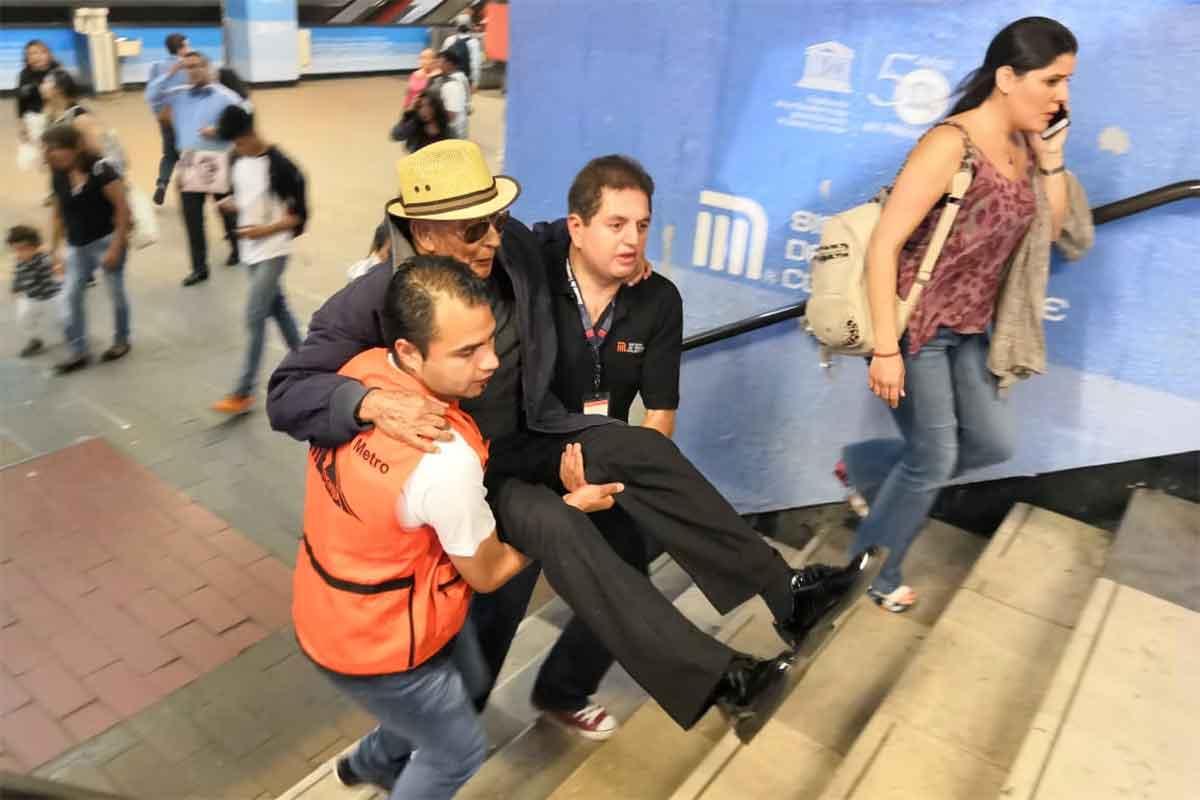 Cargan a usuarios a falta de escaleras eléctricas en el Metro