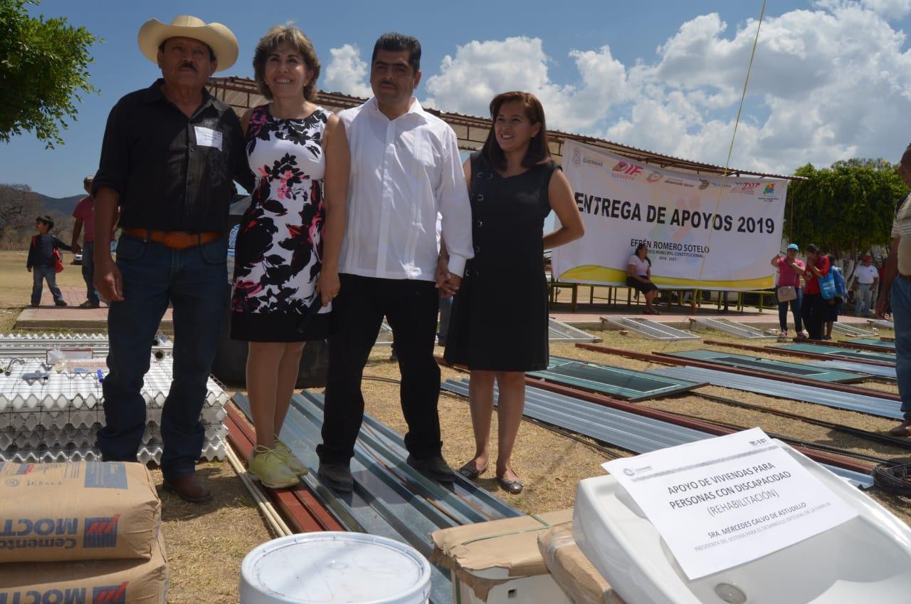 Entrega Mercedes Calvo proyectos, aparatos funcionales, uniformes y artículos escolares
