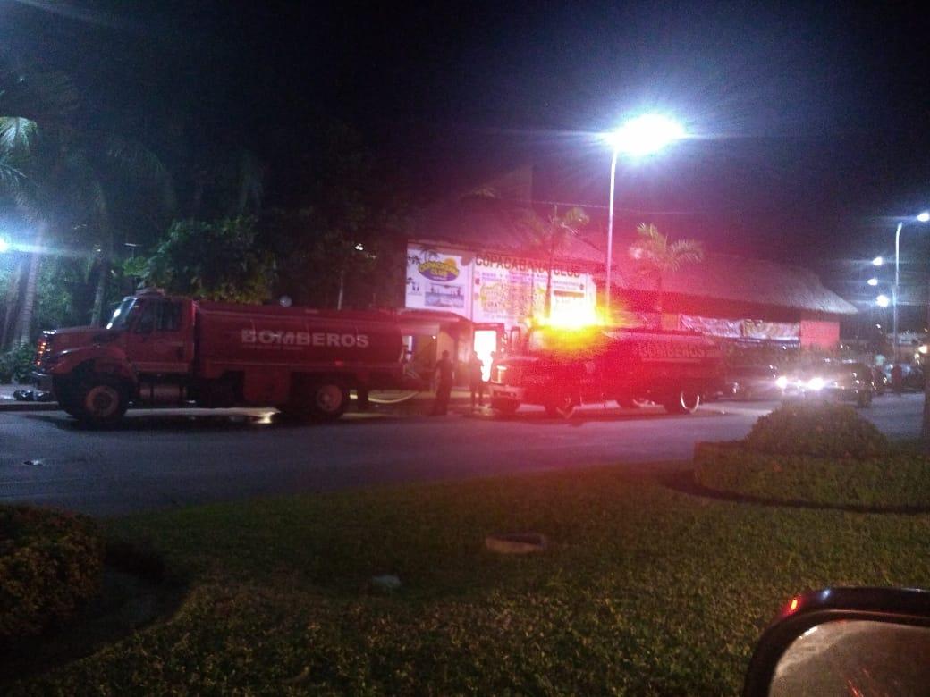 Pipas de bomberos surten de agua a restaurante de Acapulco