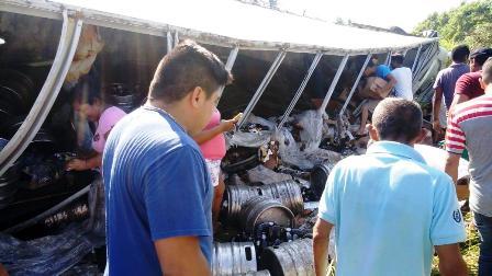 Singular y feliz rapiña tras volcadura de camión con cervezas en Tecpan de Galeana