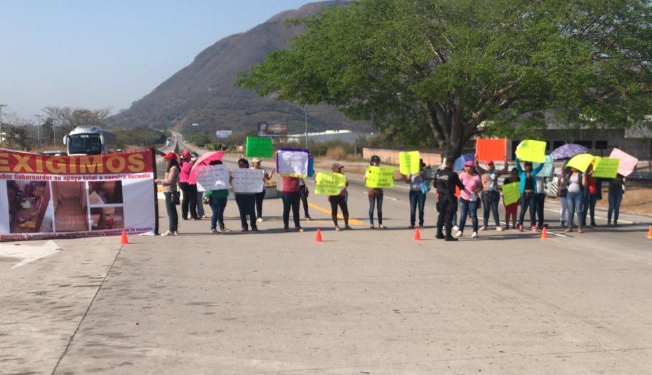 Bloquean padres de familia Autopista del Sol en Buenavista, piden obras para Jardín de Niños