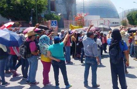 Queman oficinas del SNTE en Chilpancingo, maestros de CETEG