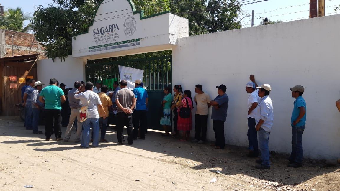 Toman campesinos de la UNTA y CODUC, las oficinas de Sader en Tecpan