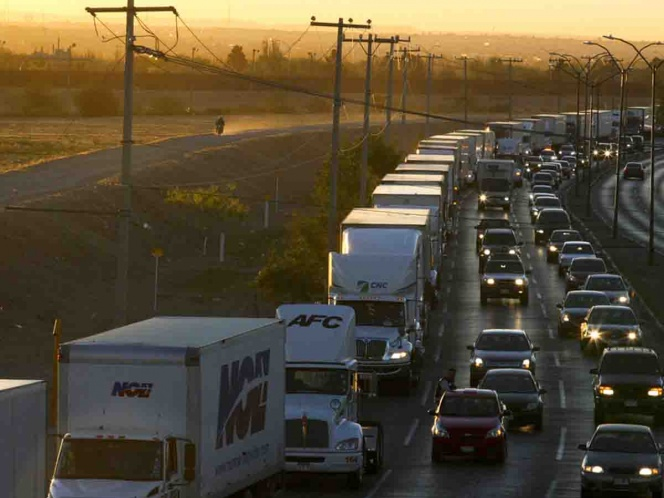 Caos en frontera de EU con México crea esperas de horas