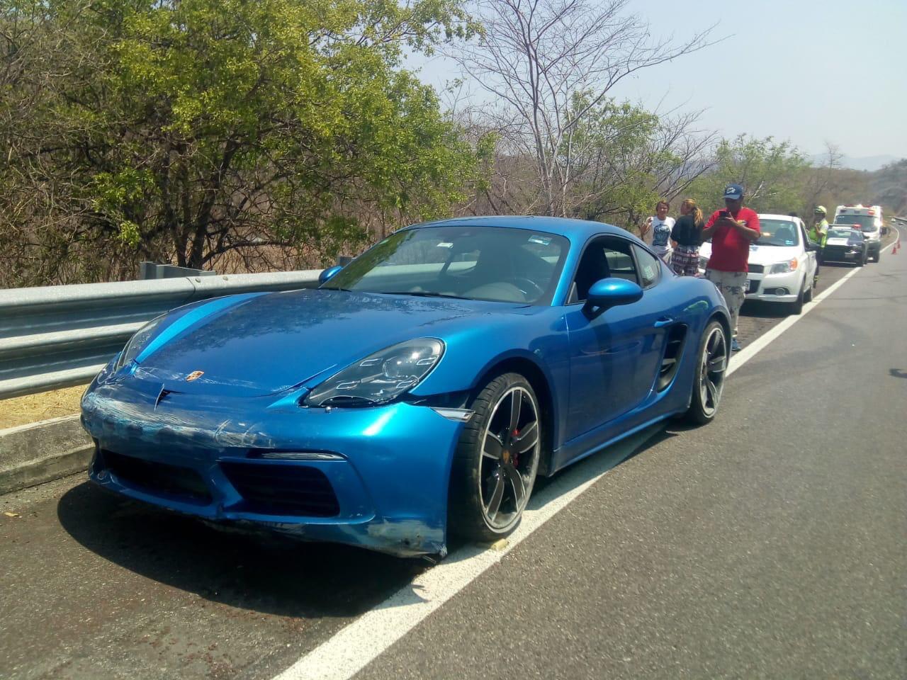 Se accidenta lujoso vehículo en la Autopista del Sol, propiedad de Xavier Olea Peláez