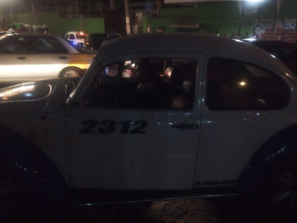 Asesinan a un hombre dentro de un taxi, en Acapulco